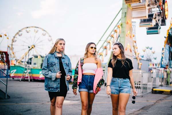 Mädchen auf dem Jahrmarkt