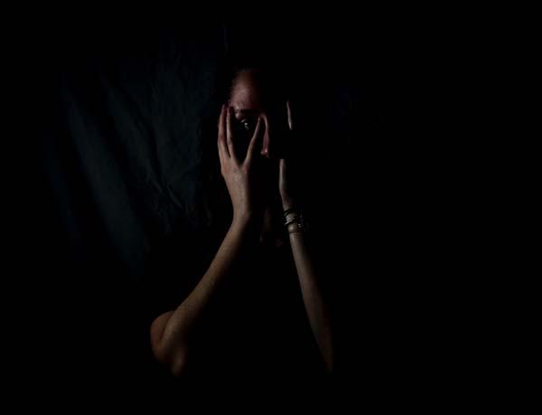 Frau mit den Händen vorm Gesicht